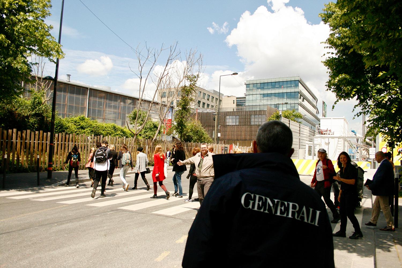 Traversée du quartier escortée par les salariés de Generali © Pauline Olmedo