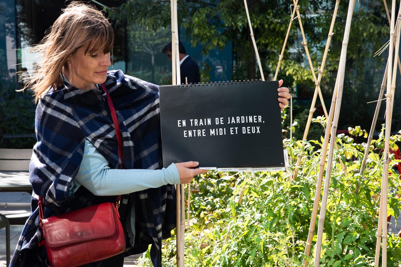 En train de jardiner entre midi et deux, défi mis en scène par l'équipe des salariés de la SNCF ©Elodie Guignard